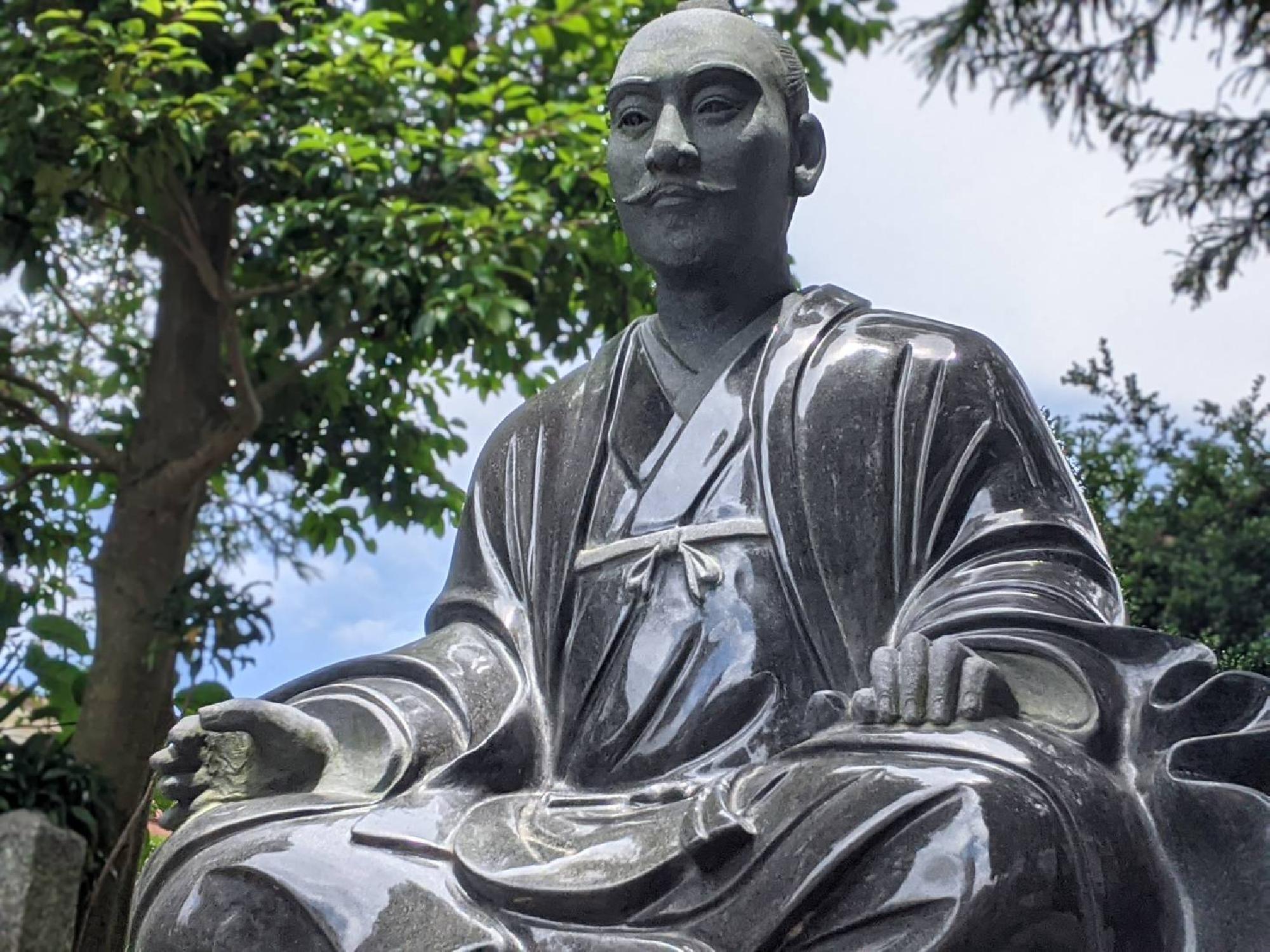 建勲神社の信長公坐像(奈良県桜井市芝)